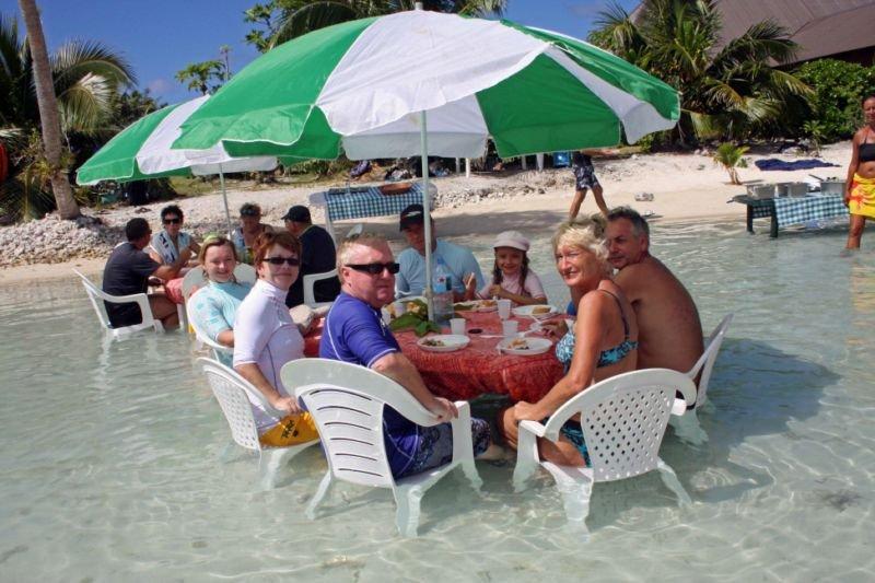 Un Petit Restaurant, Les Pieds Dans L'eau Du Lagon